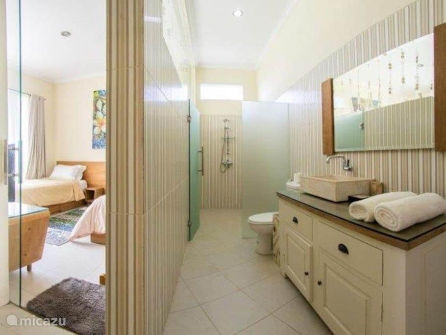 badkamer van de twee bedden slaapkamer