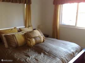 Ruime hoofd slaapkamer met kledingkast