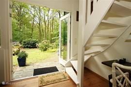 Dubbele tuindeuren, vanuit de woonkamer geven direct toegang tot de tuin resp. het bos en het terras.