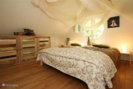 De ouder slaapkamer, voorzien van sloophouten kledingkast, leeslampen aan beide zijden van het tweepersoonsbed van 2.00 x 2.00 m.
