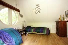 De tweede slaapkamer, voorzien van twee eenpersoonsbedden en een dubbele deur naar het balkon op het zuid/westen.