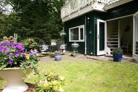 Zicht op het terras achterzijde, direct bereikbaar via de dubbele tuindeuren vanuit de woonkamer.