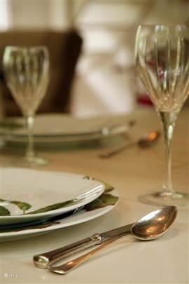 Detail van de eettafel.