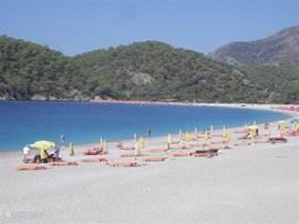 Het uitgestrekte strand bij Sarigerme.