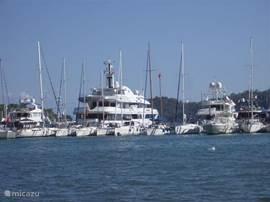 De haven van Göcek, waar veel te zien is en waar de vele terrasjes aan de boulevard u uitnodigen voor een hapje of een drankje.