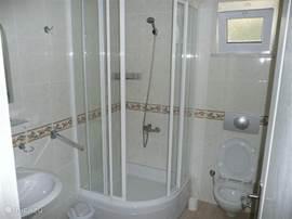 De badkamers zijn identiek.Beiden met douche, wastafel en toilet. Ook zijn er een opbergkast en handdoeken -en kledinghaken.