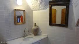 De badkamer op de begane grond is comfortabel en voorzien van een föhn.