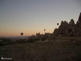 De vallei bij zonsopgang is een reden om ten minste één keer vroeg op te staan. Aan de andere kant van het dorp kan je van de zonsondergang genieten en zelfs de berg beklimmen om 360 graden in de rondte te kijken.