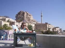 Een Turks ontbijt op het eigen dakterras is een mooi begin van de dag.