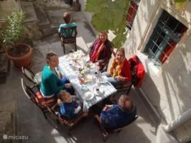 Je kunt de tafel natuurlijk ook naar een zonniger plekje van de binnenplaats slepen voor de lunch.