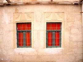 Het huis heeft zijn authentieke details bewaard, zoals het mooie steenhouwerswerk boven de ramen van de slaapkamer.