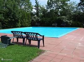het kinderzwembad (omheind)