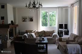 zithoek in de woonkamer met tv en openhaard