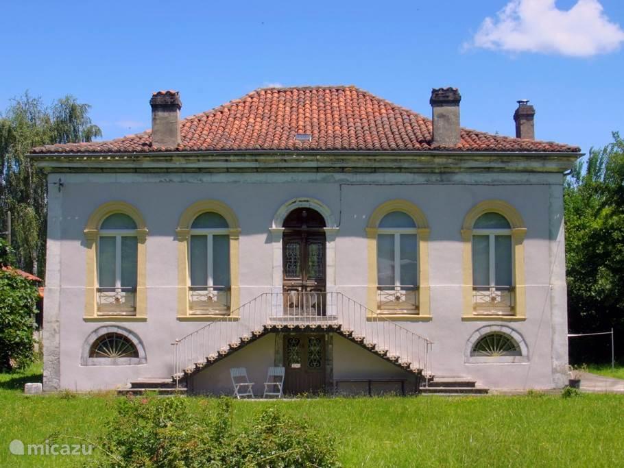 Frontaal aanzicht van het huis, vanuit de voortuin