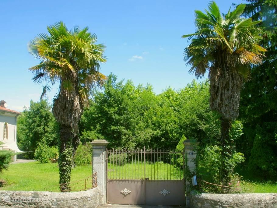 De grote ingangspoort naar de afgesloten tuin.