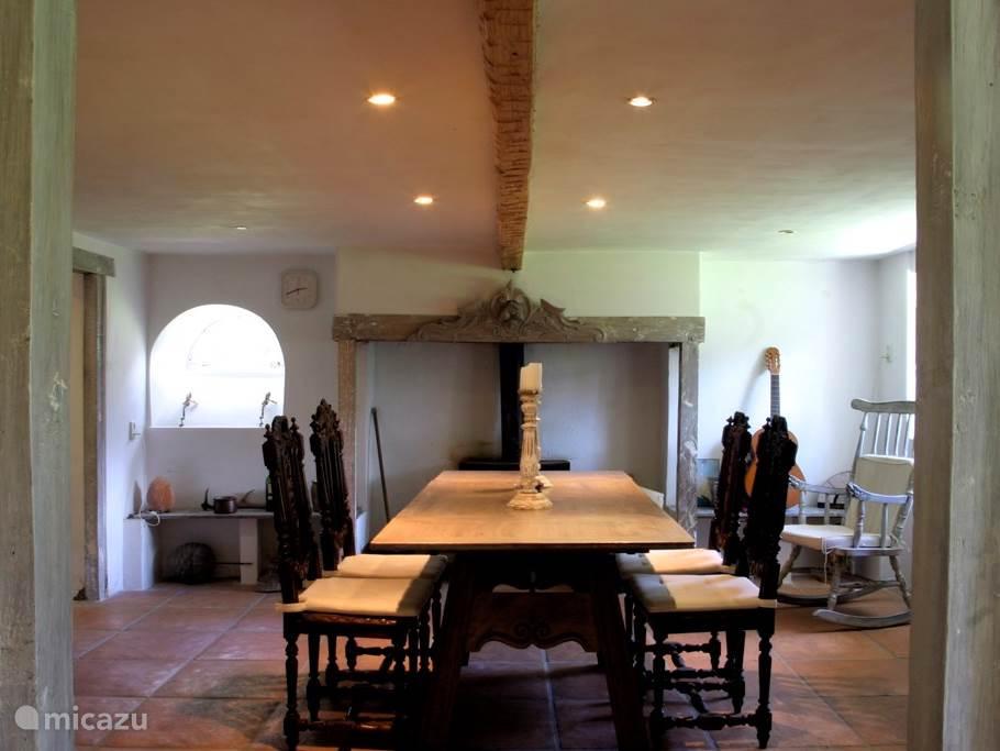 Hal beneden met zicht op de eetkamer. Door veelvuldig gebruik van glas blijft de ruimte beneden transparant.