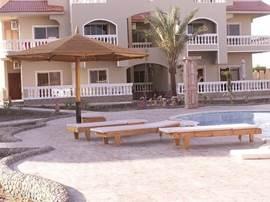 Het ontzettend ruim terras om het zwembad voorzien van lekkere ligstoelen en parasol.