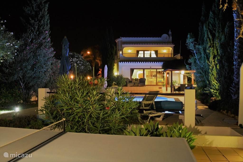Vila Soalheiro is een royale vrijstaande LUXE villa met privé zwembad, omgeving Carvoeiro. Het ligt in natuurgebied direct aan zee. 3 ruime slaapkamers en 3 luxe badkamers. Riante keuken. BBQ, div.zitjes in tuin.  Vila Soalheiro heeft de ZOOVER AWARD gewonnen en wordt als beste aanbevolen.
