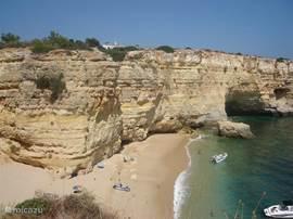 Praia da Marinha (5 minuten), mooie kustlijn. Met prachtige wandelroutes langs de kust over de rotsen. Via wandelroute kunnen ook nog andere leuke strandjes worden bereikt.