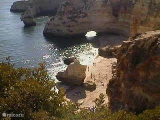 Praia da Marinha, binnen 2 km. Prachtige vergezichten. Schitterend strandje, goed bereikbaar d.m.v. trappen. Ligbedden en watervertier (waterfietsen, kano, jetski, tocht naar de grotten met plaatselijke vissers in kleine vissersbootjes). Strandtent.