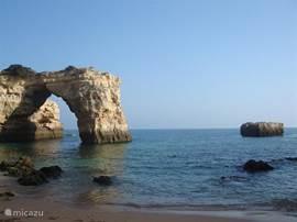 Praia da Albandeira (5 min), prachtige baai met rotskustlijn. Kleine strandtent met waanzinnig uitzicht. Bij eb is het naastgelegen strandje bereikbaar (of zwemmen (een ware uitdaging). Vissersbootjes komen langs om je op te halen voor een tochtje langs en door de grotten.