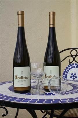 Op het terras kan het heerlijk genieten zijn met de wijn (vinho verde) die de naam van het huis draagt: Soalheiro.