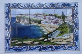 Rondom het huis zijn authentieke Portugese elementen aanwezig. Dit handgemaakte tegelplateau bevindt zich bij het paviljoen buiten.
