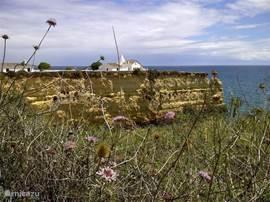 Bezoek in het nabij gelegen Porches de kapel welke is gelegen op de kop van de klif. Schitterend uitzicht en strand. Te bereiken op minder dan 10 minuten rijden van ons huis.