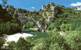 Pont d'Arc met fijne zandstranden op 2 km van het vakantie huis. De atractie van de Ardèche!