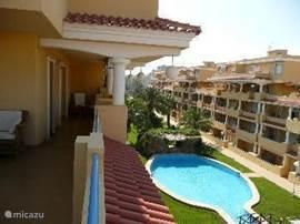 Een luxe vakantie appartement in Denía met een prachtige tuin en schitterende zwembaden. Zeer dicht bij het strand en het stadje. Zeilen, kitesurfen, golfen, karten, wandelen, zwemmen en dat alles bij heerlijke temperaturen. Bereikbaar per auto, vliegtuig of bus.