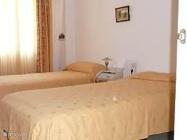 Eén van de drie slaapkamers met twee aparte bedden en een prachtig grote kledingkast.