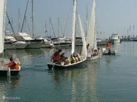 Haven van Denía. Hier kunt u alle watersporten die u maar wenst beoefenen. Ook huurt u hier uw boot enz. Ook kunt u hiervandaan reizen van en naar de Balearen, Canarische eilanden enz.  Wilt u dichter bij huis blijven, dan is het ook leuk om naar Javea, Altea en andere plaatsen te varen.