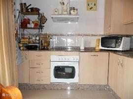 De keuken is compleet en modern ingericht voor als je toch liever zelf thuis kookt.