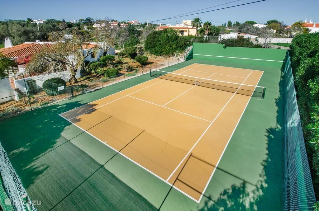 Prive tennisbaan naast de villa.
