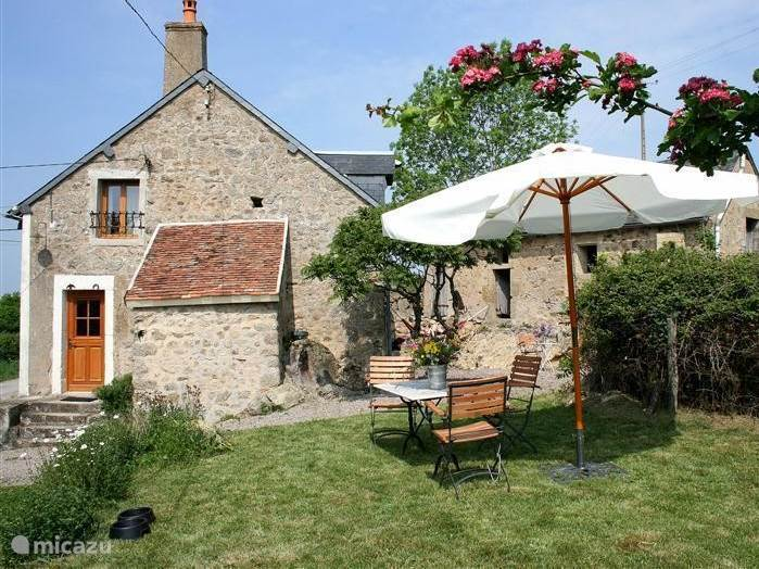 A quiet farmhouse with stunning views over the hills of the Morvan. Recently renovated, fireplace, excellent kitchen with Smeg cooker, tastefully decorated. Terraces around the house. 20 km south of Lac de Pannecière.