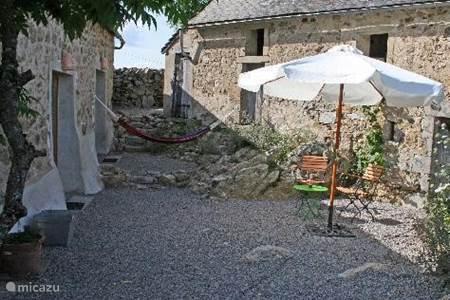 G te cottage long re les cloiseaux in mont et marr bourgogne frankrijk huren - Terras beschut ...