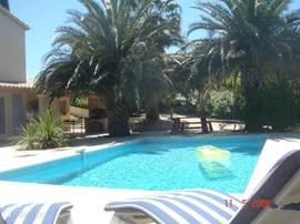 Luxe villa aan de kust met prachtig uitzicht, groot zwembad, meerdere terrassen, dubbele garage en maar liefst 2 open haarden & 2 vaste barbeques.  De villa ligt aan de kust bij de stranden van Les Issambres naast Sainte Maxime en tegenover St. Tropez.