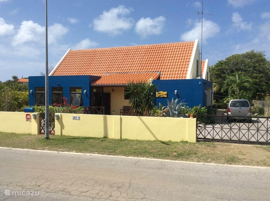 Kleurrijk huis zoals veel in Curacao. Voorkant van Hofi Tamarein van de weg af genomen.