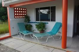 Relaxing op de patio van superior  oranje appartement.
