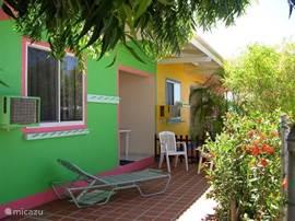 Luxe appartement op Bonaire. Op loopafstand naar zee. Zeer rustig gelegen, Ruim + comfortabel ingericht, air conditioning, kabel TV, volwaardige keuken, privé patio + zonneterras, BBQ, tropische tuin. Pakketten op aanvraag voor duiken/auto/windsurfen.