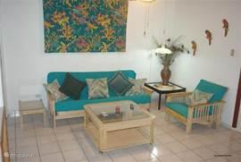 Interieur geel appartement met gebruik van futon.