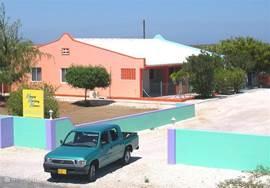 Luxe appartement op Bonaire. Op loopafstand naar zee. Zeer rustig gelegen, Ruim + comfortabel ingericht, air conditioning, kabel TV, volwaardige keuken, privé patio + zonneterras, BBQ, tropische tuin.