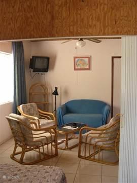 gedeelte van woonkamer met rotan bankstel.