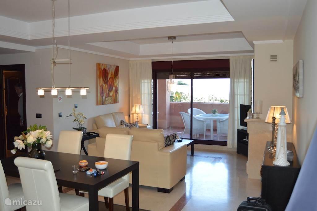 woonkamer en aangrenzend terras