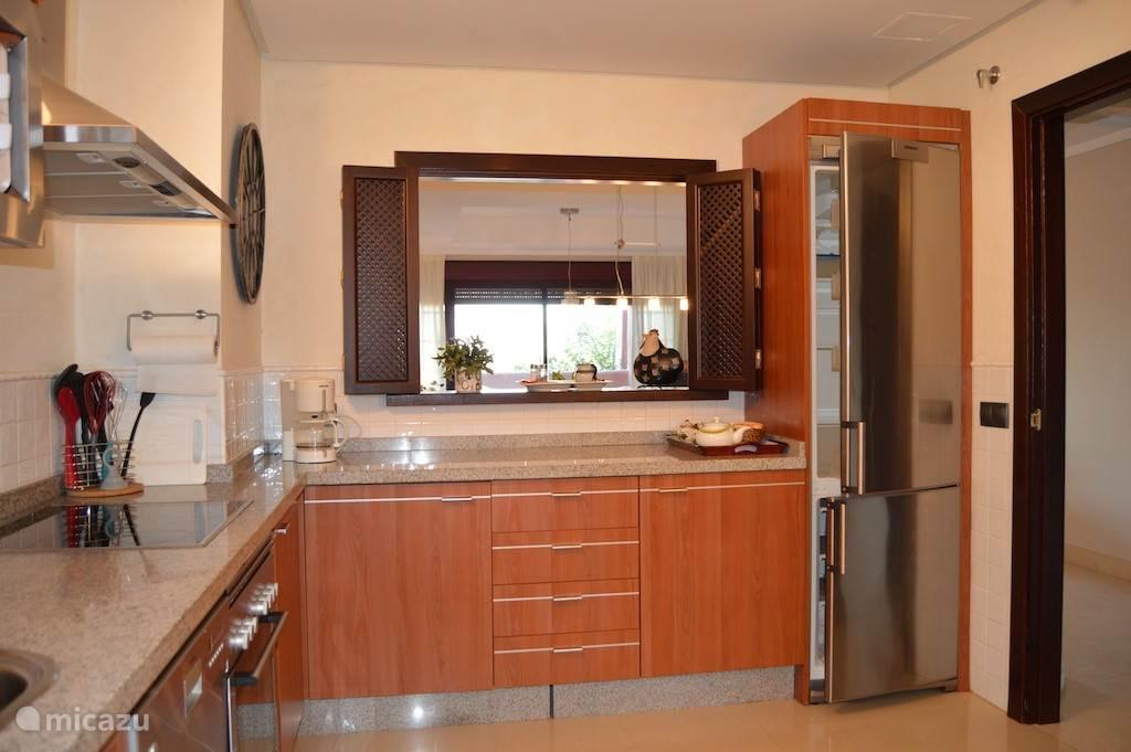 keuken en zicht over woonkamer