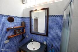 De moderne badkamer heeft een mediterrane sfeer.
