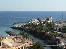 Vanaf het balkon heb je uitzicht op de haven van Puerto de Mogan.