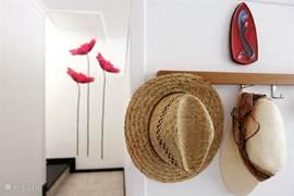 Het appartement is met smaak en aandacht ingericht, met veel grappige details.