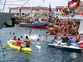 Feest in de haven van Mogan....maar er is altijd wel ergens een feest of een processie of een markt of.....