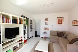 Op de tweede verdieping een salon met comfortabele slaapbank en tweede badkamer.